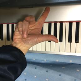 キーボードと指(歌う発声と話す発声)
