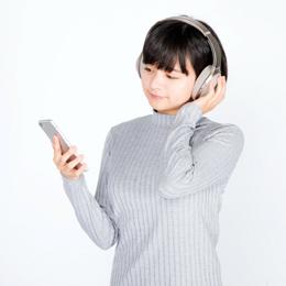 ヘッドフォンで曲を聴く女の子